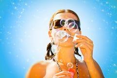 Muchacha con las burbujas de jabón Imagenes de archivo