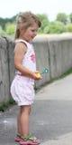 Muchacha con las burbujas de jabón Fotografía de archivo