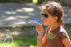 Muchacha con las burbujas jabonosas Fotos de archivo libres de regalías