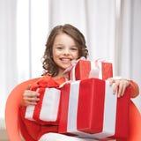 Muchacha con las cajas de regalo Imagen de archivo