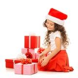 Muchacha con las cajas de regalo de la Navidad Aislado en blanco Fotografía de archivo