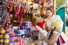 Muchacha con las decoraciones de compra de la mamá Foto de archivo libre de regalías