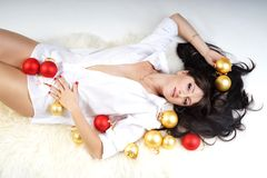 Muchacha con las decoraciones de la Navidad Foto de archivo libre de regalías