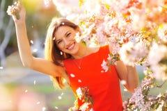 Muchacha con las flores imagenes de archivo
