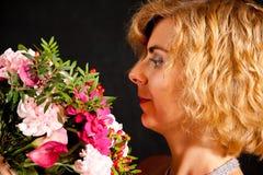 Muchacha con las flores Fotografía de archivo
