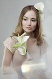 Muchacha con las flores foto de archivo libre de regalías