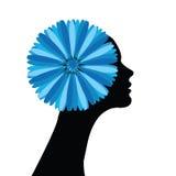 Muchacha con las flores azules en pelo Fotos de archivo