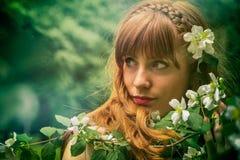 Muchacha con las flores blancas Imagen de archivo libre de regalías
