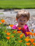 Muchacha con las flores de la amapola Fotos de archivo