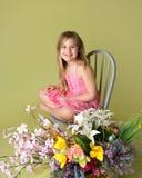Muchacha con las flores de la primavera Imagen de archivo libre de regalías