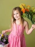 Muchacha con las flores de la primavera Imágenes de archivo libres de regalías