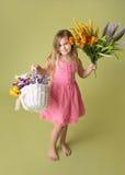 Muchacha con las flores de la primavera Foto de archivo
