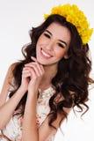 Muchacha con las flores del narciso aisladas en blanco Foto de archivo libre de regalías