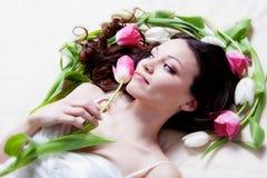 Muchacha con las flores del tulipán Imagen de archivo libre de regalías