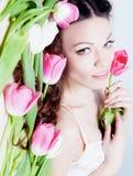 Muchacha con las flores del tulipán Foto de archivo