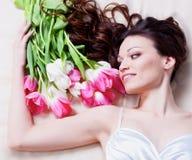Muchacha con las flores del tulipán Fotografía de archivo libre de regalías