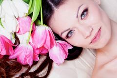Muchacha con las flores del tulipán Imágenes de archivo libres de regalías