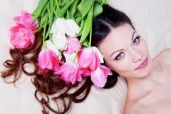 Muchacha con las flores del tulipán Fotografía de archivo