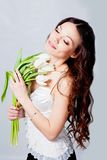 Muchacha con las flores del tulipán Imagenes de archivo