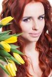 Muchacha con las flores del tulipán Fotos de archivo