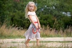 Muchacha con las flores del verano Fotos de archivo libres de regalías