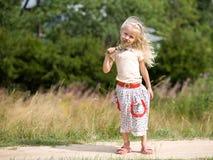 Muchacha con las flores salvajes foto de archivo libre de regalías