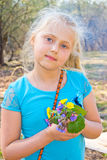 Muchacha con las flores salvajes Fotos de archivo libres de regalías