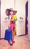 Muchacha con las flores y los regalos Fotografía de archivo libre de regalías