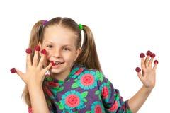 Muchacha con las frambuesas en los fingeres fotografía de archivo
