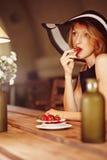 Muchacha con las fresas Imagenes de archivo