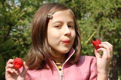 Muchacha con las fresas fotos de archivo
