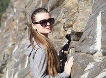 Muchacha con las gafas de sol Fotos de archivo