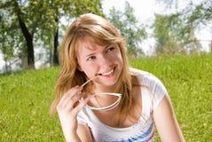 Muchacha con las gafas de sol en el parque Foto de archivo