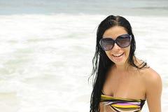 Muchacha con las gafas de sol en la playa fotografía de archivo