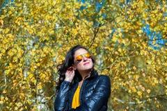 Muchacha con las gafas de sol en salida del sol Foto de archivo