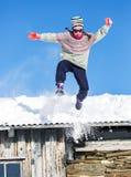 La muchacha que salta en nieve Imagen de archivo libre de regalías