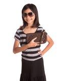 Muchacha con las gafas de sol y el monedero I Fotos de archivo