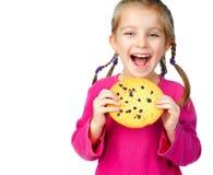 Muchacha con las galletas de la viruta Fotos de archivo