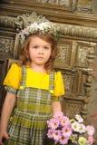 MUCHACHA CON las guirnaldas de flores en la cabeza Imagen de archivo