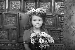 MUCHACHA CON las guirnaldas de flores en la cabeza Fotos de archivo