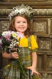 MUCHACHA CON las guirnaldas de flores en la cabeza Foto de archivo