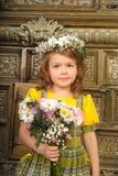 MUCHACHA CON las guirnaldas de flores en la cabeza Fotos de archivo libres de regalías