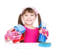 Muchacha con las herramientas para la limpieza de la casa Aislado en el fondo blanco Foto de archivo libre de regalías