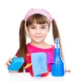 Muchacha con las herramientas para la limpieza de la casa Aislado en el fondo blanco Imagen de archivo libre de regalías