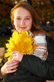 Muchacha con las hojas de la caída Imágenes de archivo libres de regalías