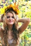 Muchacha con las hojas de otoño Imagen de archivo libre de regalías