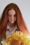 Muchacha con las hojas de otoño Foto de archivo libre de regalías