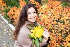Muchacha con las hojas de otoño Imágenes de archivo libres de regalías