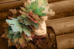 Muchacha con las hojas de otoño el al frente Foto de archivo libre de regalías