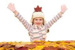 Muchacha con las hojas de otoño en blanco Foto de archivo